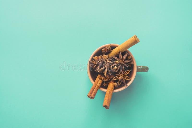 Ingrédients pour la pâtisserie de cuisson ou la fabrication de gâteau de biscuits de Noël automne d'hiver du thé chaud de cidre d photographie stock libre de droits