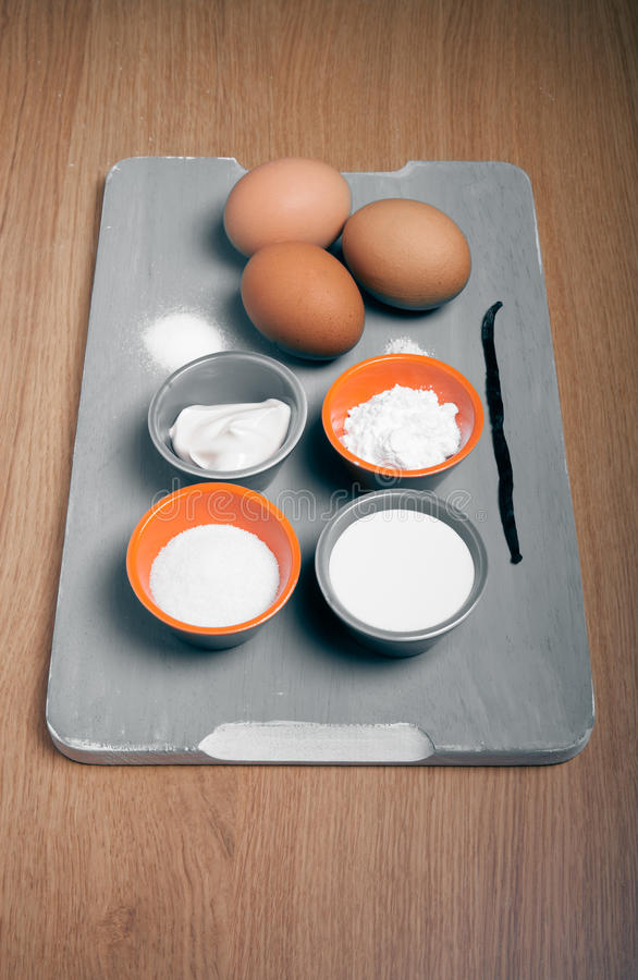 Ingrédients pour la pâtisserie douce sur une planche à découper en bois bleue Sel photos stock