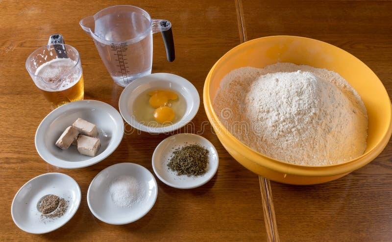 Ingrédients pour la préparation de pizza photos libres de droits