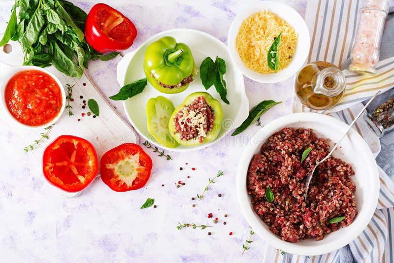 Ingrédients pour la préparation du poivre bourré avec le gruau de viande hachée et de sarrasin photos libres de droits