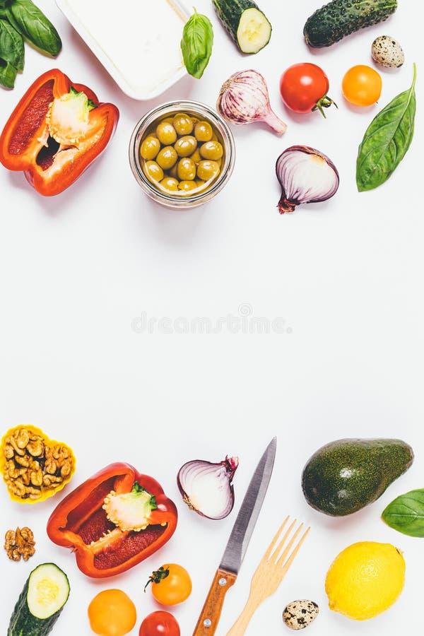 Ingrédients pour la salade grecque sur le fond blanc photo stock