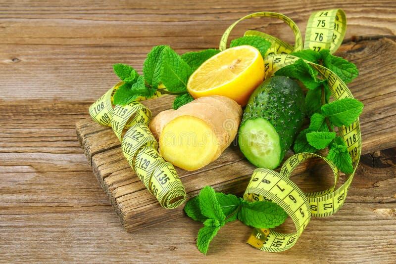 Ingrédients pour le concombre impertinent, le citron, le gingembre et la menthe de l'eau Detox et perte de poids photographie stock libre de droits