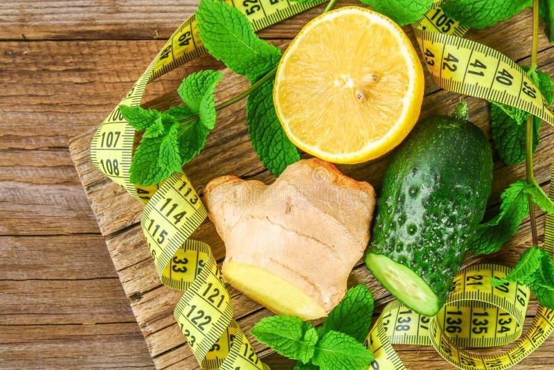 Ingrédients pour le concombre impertinent, le citron, le gingembre et la menthe de l'eau Detox et perte de poids photos stock