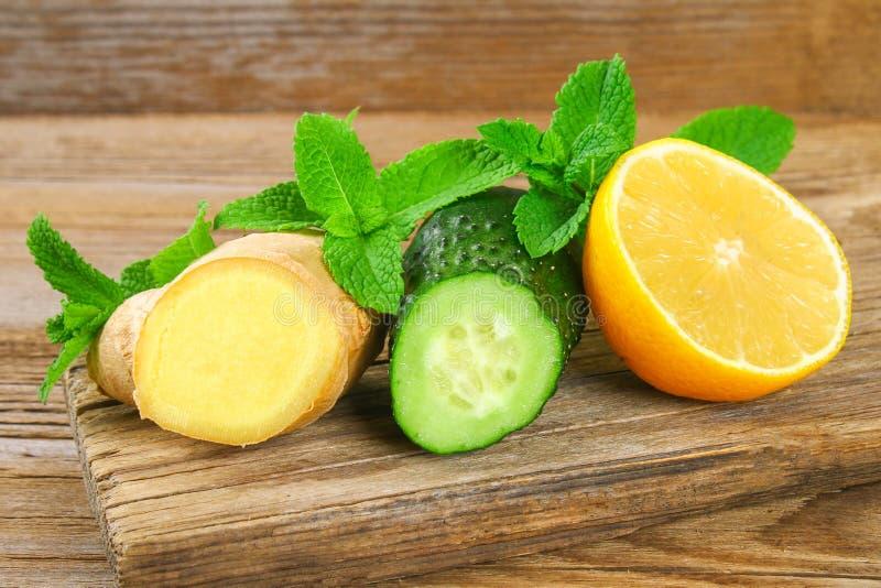 Ingrédients pour le concombre impertinent, le citron, le gingembre et la menthe de l'eau Detox et perte de poids images stock