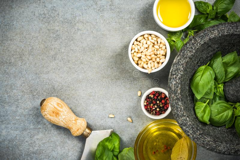 ingrédients pour le pesto sain fait maison de basilic photos libres de droits