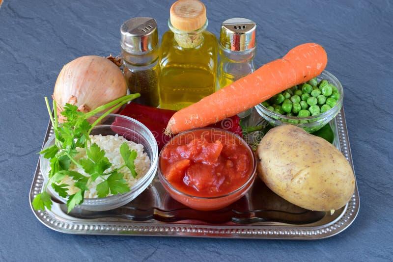 Ingrédients pour le potage aux légumes avec du riz Point par point photos stock