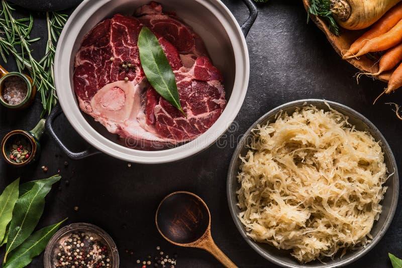 Ingrédients pour le ragoût ou la soupe de viande de chou mariné bas par carburateur et de boeuf photo libre de droits