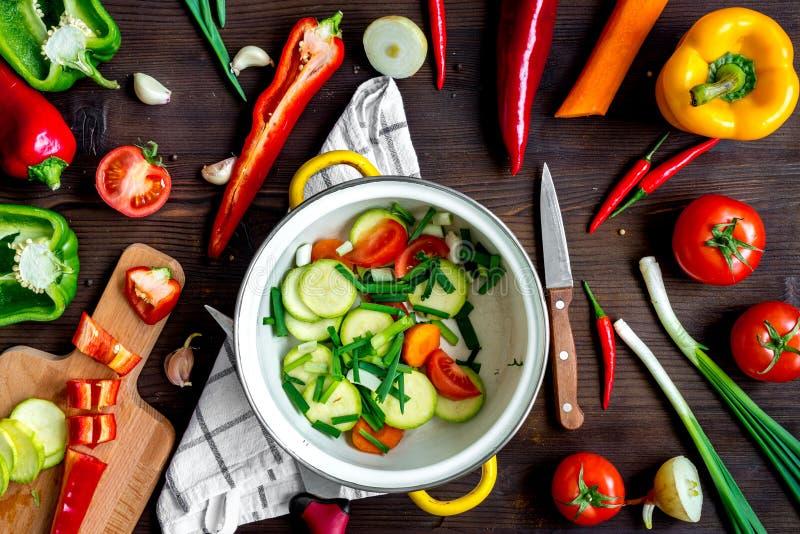 Ingrédients pour le ragoût végétal sur la vue supérieure de fond en bois photo stock