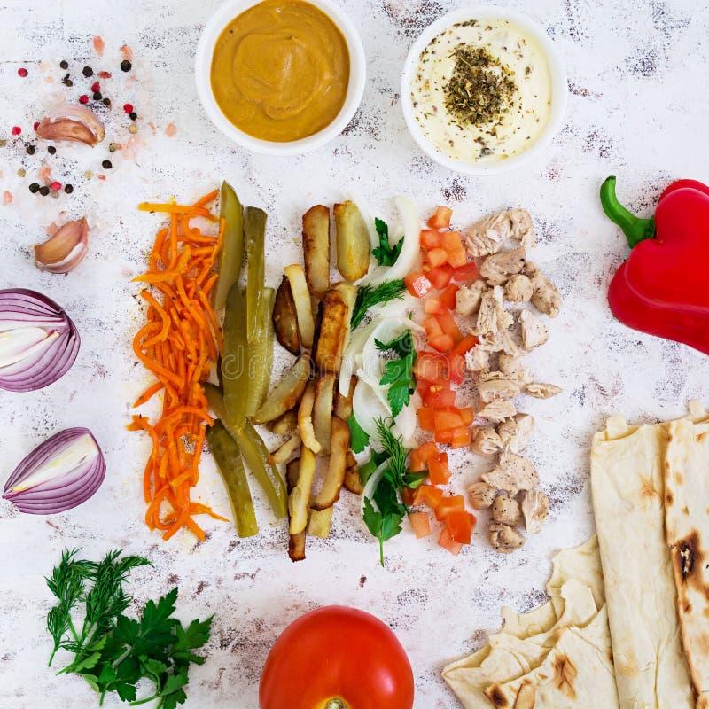 Ingrédients pour le sandwich à shawarma sur le fond blanc Vue sup?rieure photos stock