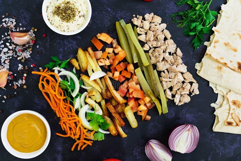 Ingrédients pour le sandwich à shawarma sur le fond foncé Vue sup?rieure image stock
