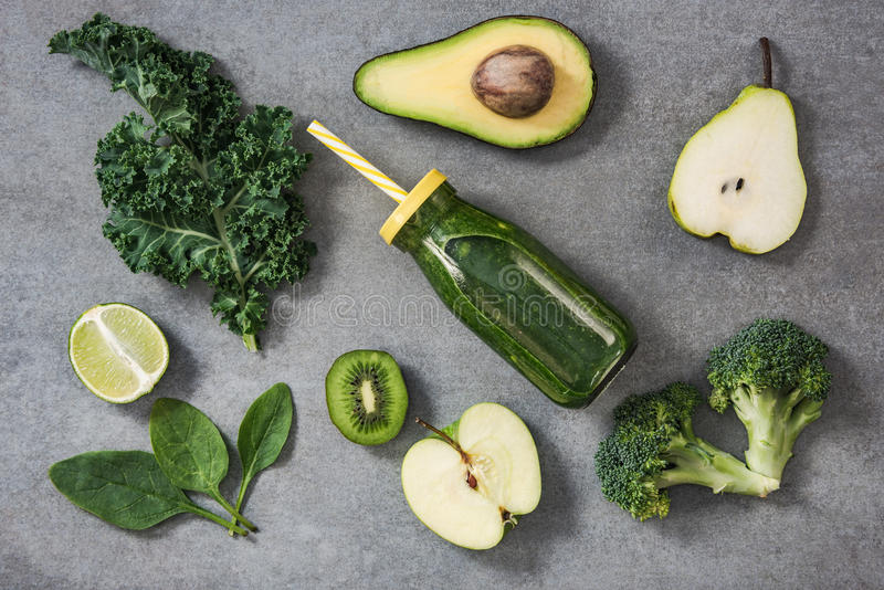 Ingrédients pour le smoothie heatlhy vert photo libre de droits