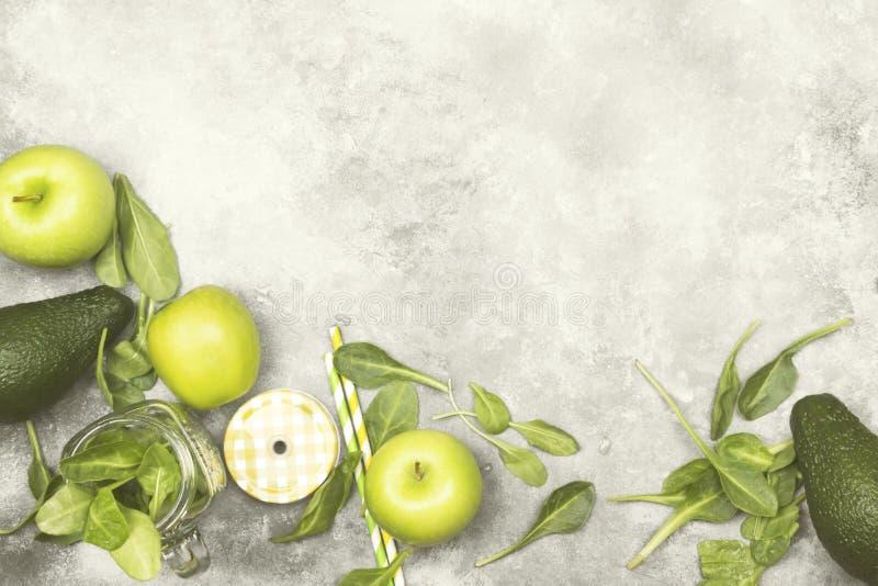 Ingrédients pour le smoothie vert - pommes, épinards, céleri, avocad images libres de droits