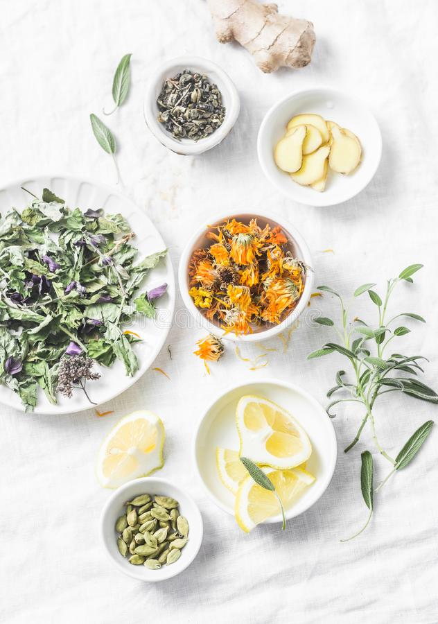 Ingrédients pour le thé antioxydant de detox de foie sur un fond clair, vue supérieure Herbes sèches, racines, fleurs pour la rec images libres de droits