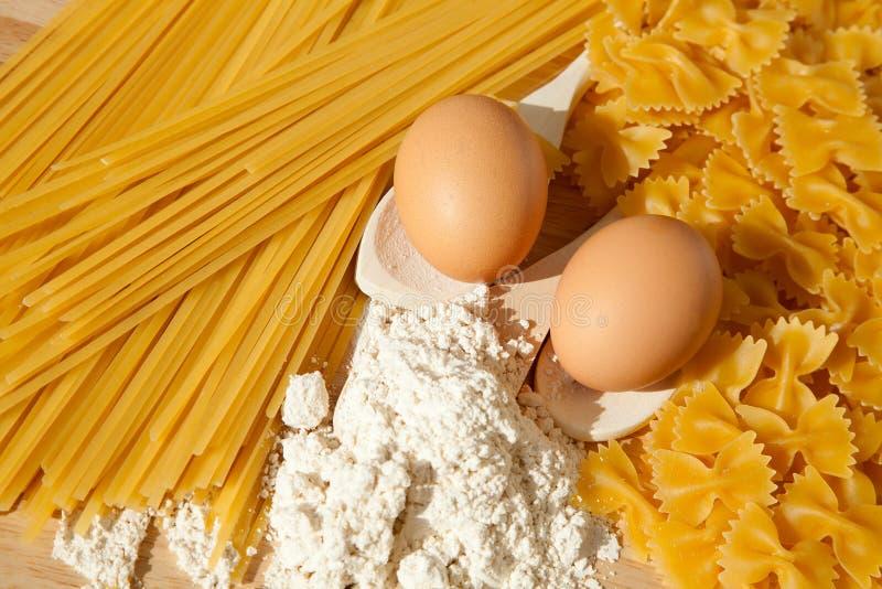Ingrédients pour les pâtes faites maison images libres de droits