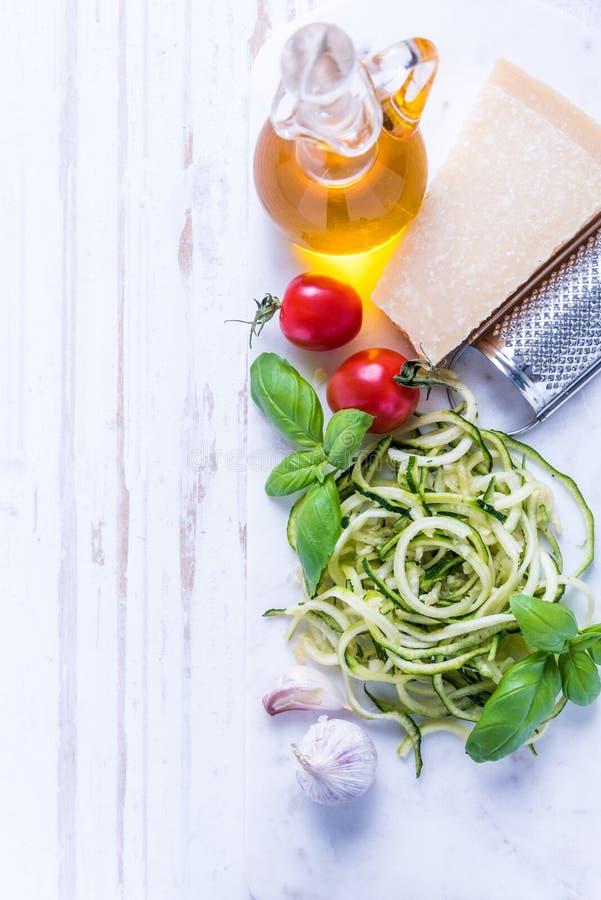 Ingrédients pour les spaghetti sains photographie stock libre de droits