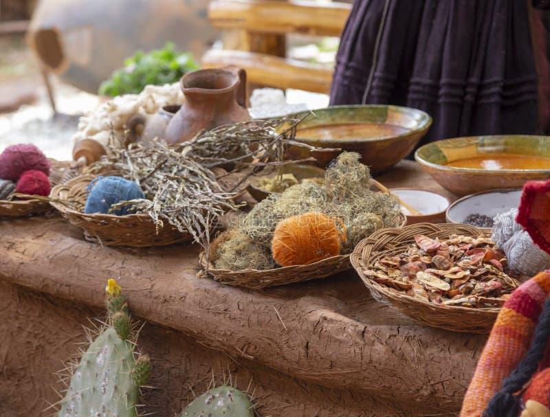Ingrédients pour les tissus de teinture, le Tableau péruvien coloré de récolte - maïs et les herbes, Pérou images stock