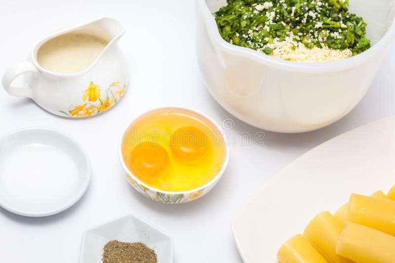 Ingrédients pour préparer le remplissage d'épinards et de fromage photo stock