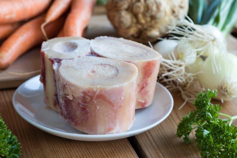 Ingrédients pour préparer un bouillon d'os de boeuf photographie stock