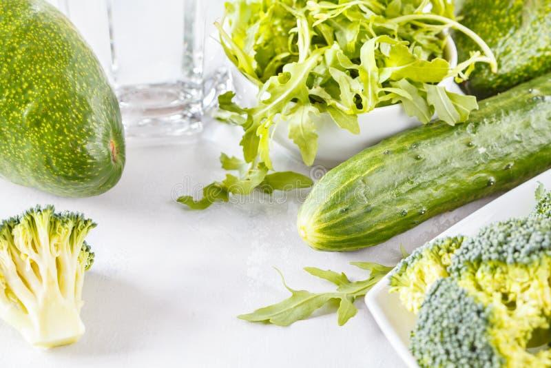 Ingrédients pour une salade végétale verte saine photos libres de droits
