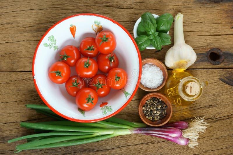 Ingrédients pour une sauce tomate image libre de droits