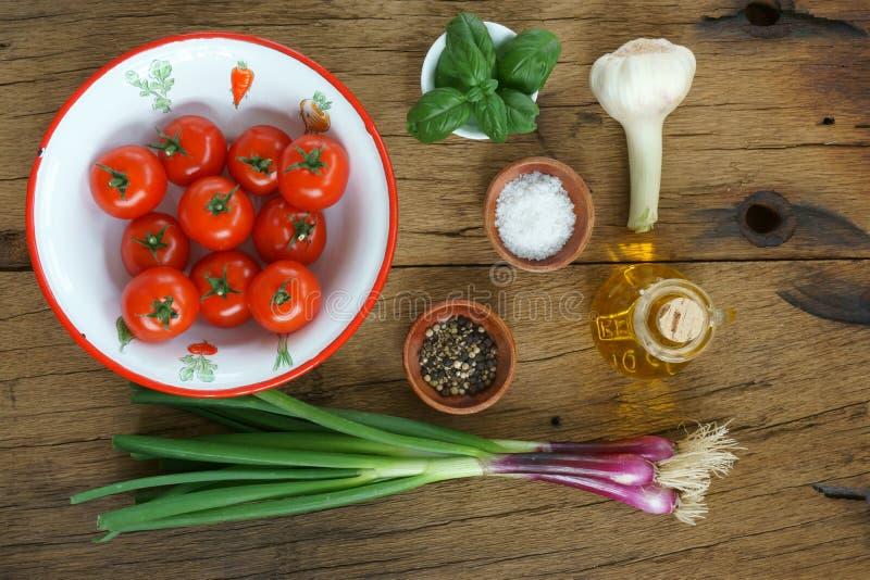 Ingrédients pour une sauce tomate images stock