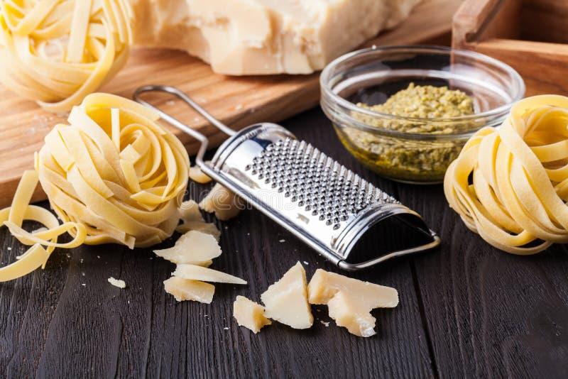Ingrédients prêts pour faire cuire le dîner italien délicieux pour deux : pâtes, ail, tomates-cerises, rouge et poivron vert, fro photo libre de droits