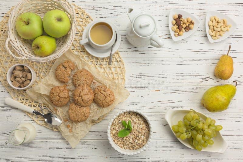 Ingrédients sains de petit déjeuner Biscuits de farine d'avoine et d'amande, fruit photo stock