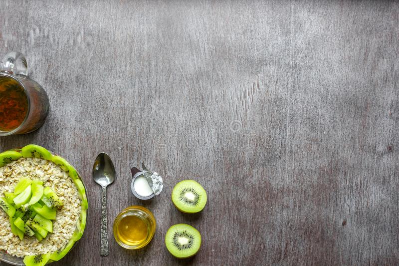 Ingrédients sains de petit déjeuner Bol de granola, de fruit frais et de miel d'avoine Vue supérieure, l'espace de copie image libre de droits