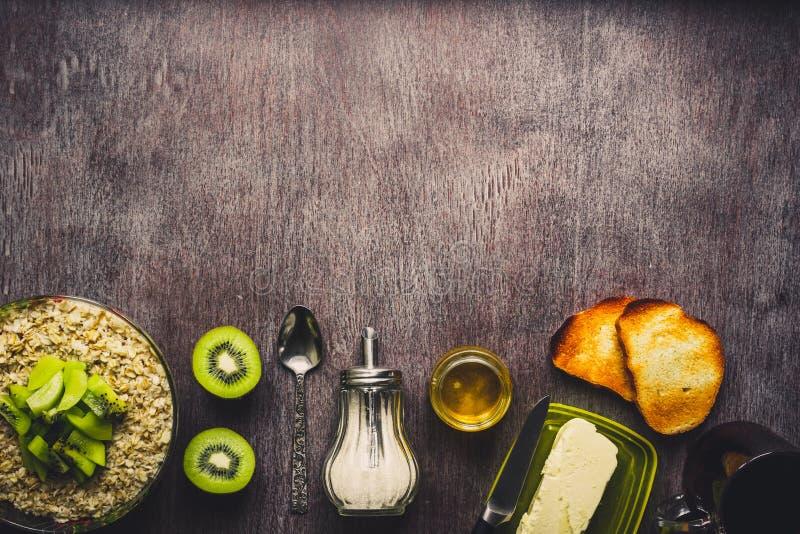 Ingrédients sains de petit déjeuner Bol de granola, de fruit frais et de miel d'avoine Vue supérieure, l'espace de copie toned images stock