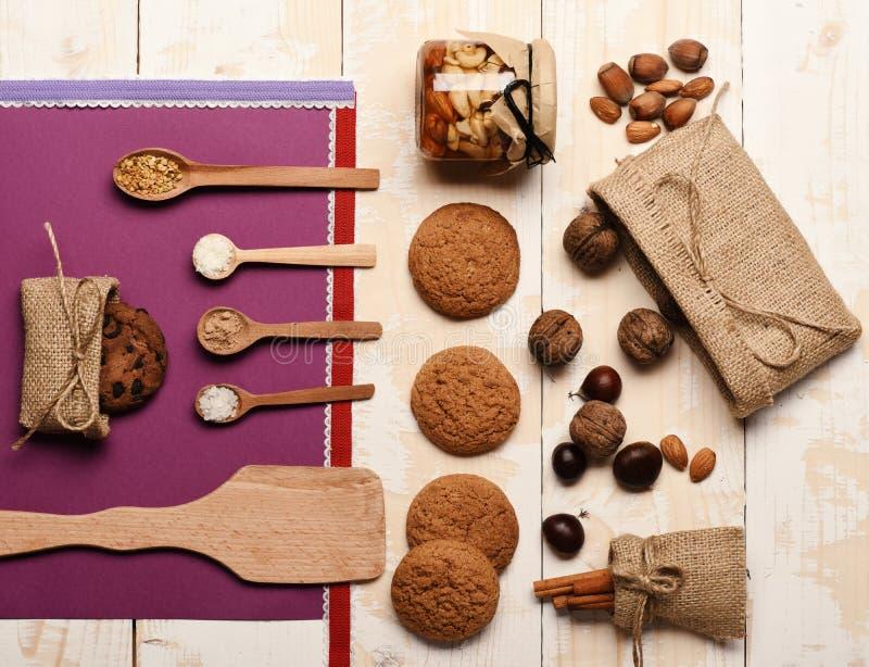 Ingrédients sains sur le fond en bois clair de texture photos libres de droits
