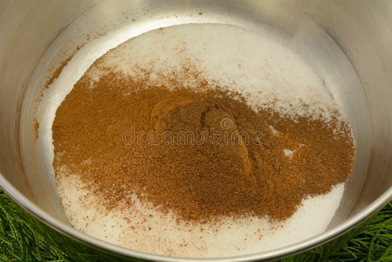 Ingrédients secs de mélange pour faire le pain cuire au four rapide de vacances photographie stock