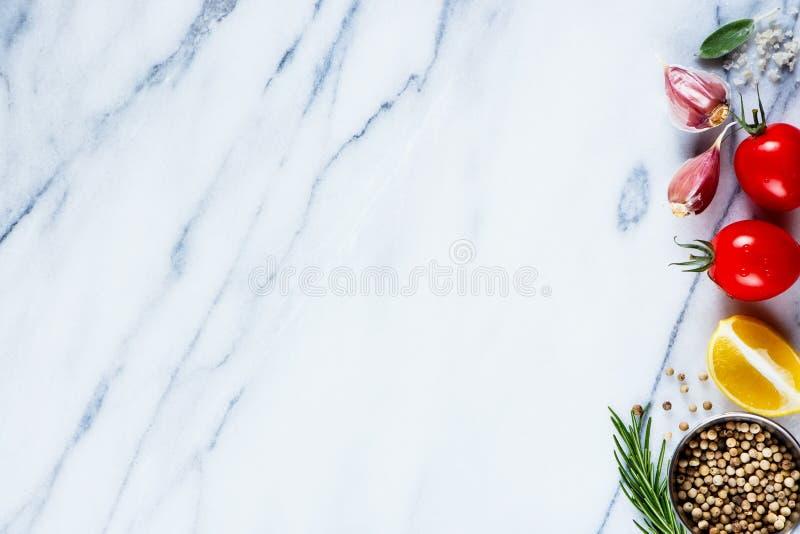 Ingrédients sur la texture de marbre image stock