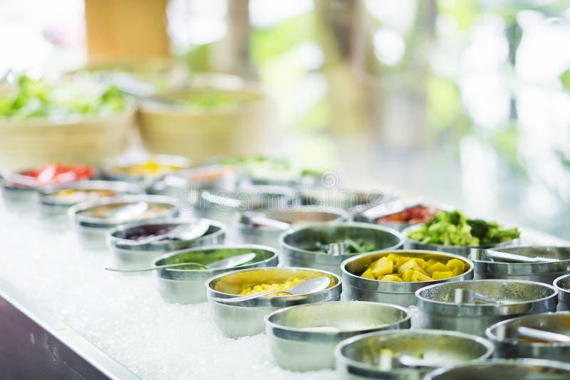 Ingrédients végétaux mélangés dans l'affichage de comptoir à salades image libre de droits