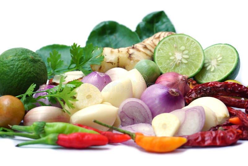Ingrédients végétaux pour la nourriture thaïlandaise Tom Yum d'isolement sur un fond blanc photos libres de droits