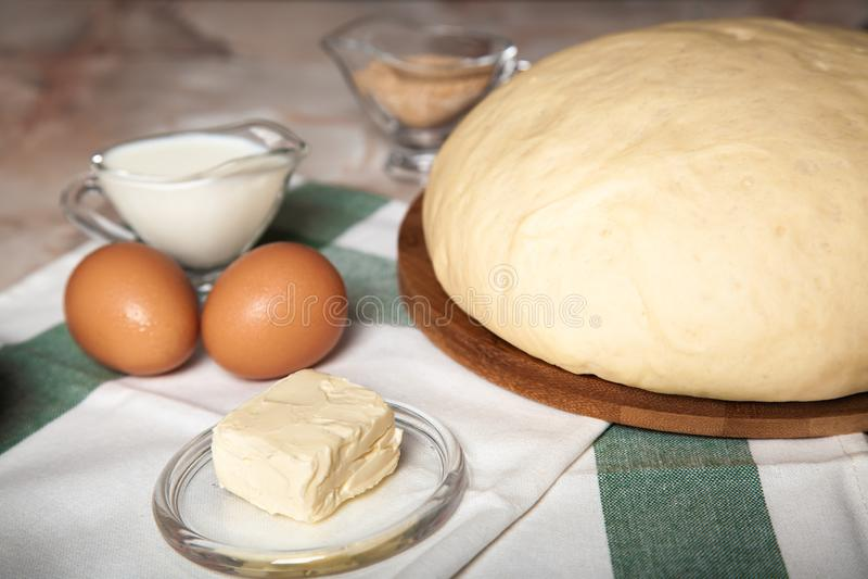 Ingr?dients de boulangerie Sur la table sont la farine, les oeufs et la pâte de pâtisserie images libres de droits