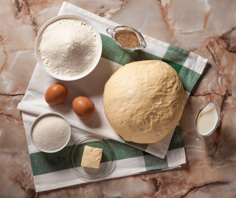 Ingr?dients de boulangerie Sur la table sont le beurre, oeufs, lait, levure, sucre image libre de droits