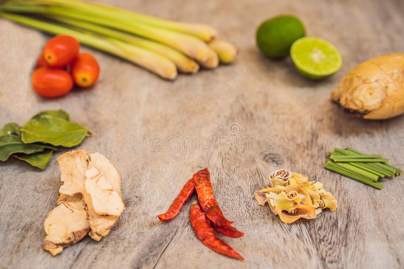 Ingr?dients pour le kung tha?landais populaire de soupe Tom-yum Chaux, galangal, piment rouge, tomate-cerise, sch?nanthe et chaux images libres de droits