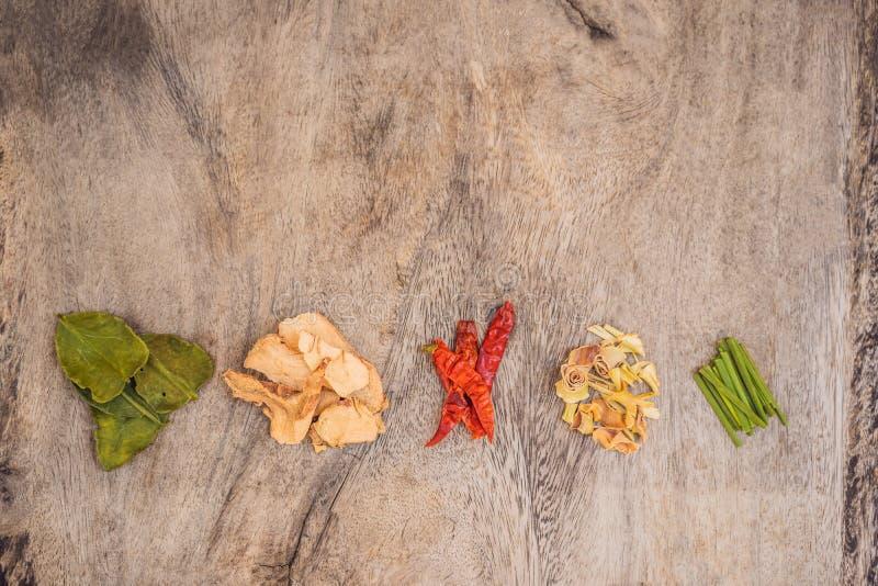 Ingr?dients pour le kung tha?landais populaire de soupe Tom-yum Chaux, galangal, piment rouge, tomate-cerise, sch?nanthe et chaux photographie stock