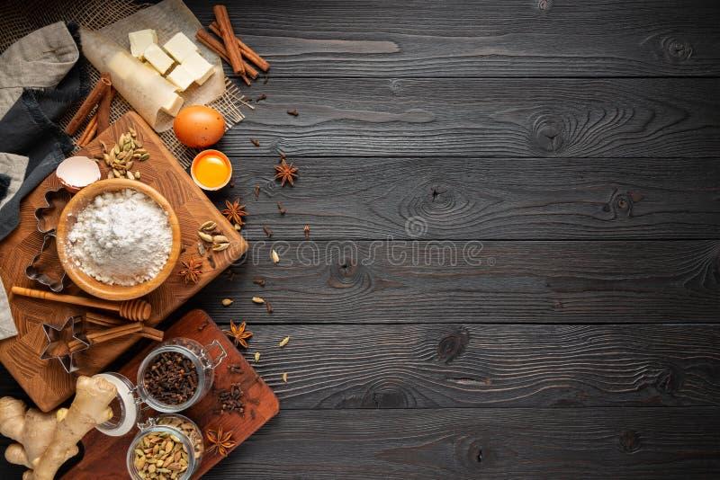 Ingr?dients pour les biscuits de cuisson de gingembre sur un fond en bois rustique photo libre de droits