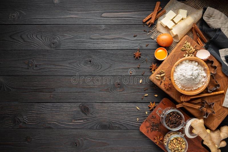Ingr?dients pour les biscuits de cuisson de gingembre sur un fond en bois rustique image stock