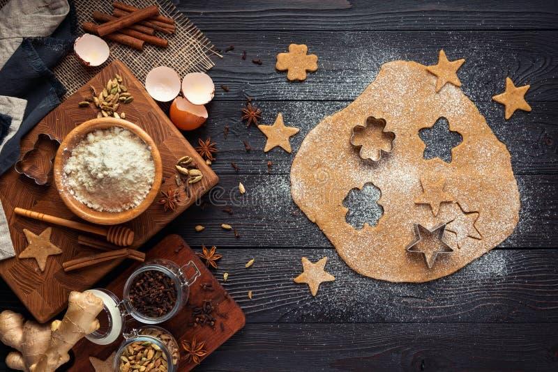 Ingr?dients pour les biscuits de cuisson de gingembre sur un fond en bois rustique photo stock