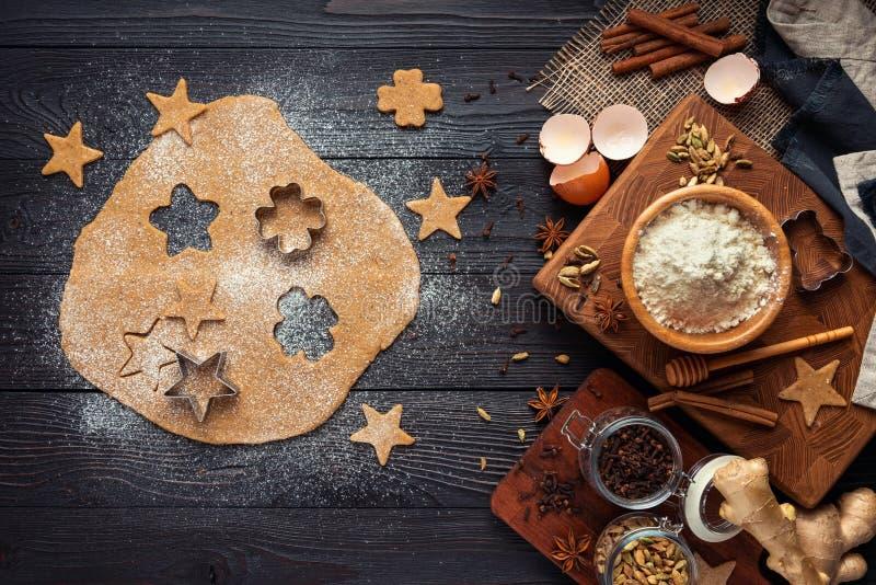 Ingr?dients pour les biscuits de cuisson de gingembre sur un fond en bois rustique image libre de droits