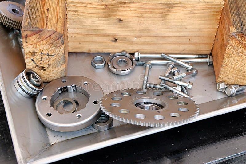 Ingranaggi, dadi, bulloni e chiavi d'acciaio immagini stock libere da diritti