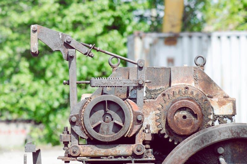 Ingranaggi del macchinario nella stazione ferroviaria abbandonata immagine stock libera da diritti