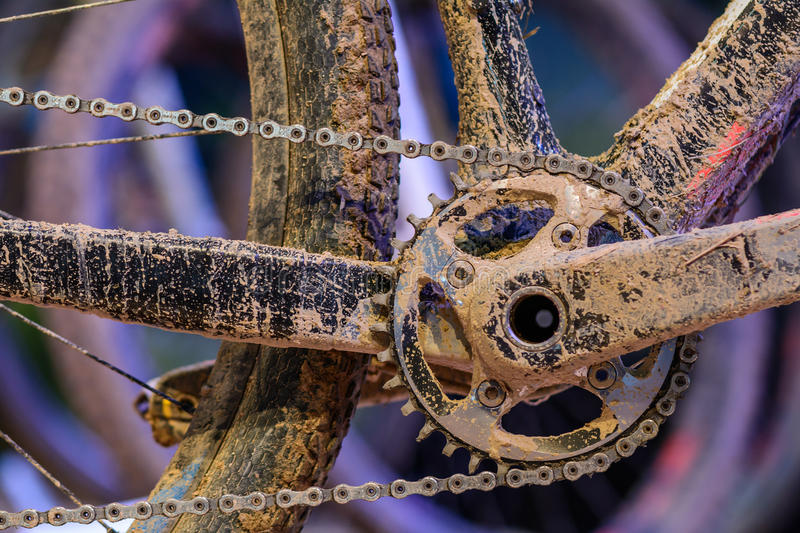 Ingranaggi della bici con la catena (fuoco selettivo) Fine sporca su di bicyc immagini stock