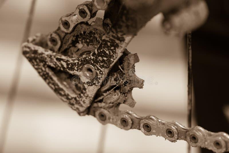 Ingranaggi della bici con la catena (fuoco selettivo) Fine sudicia su di bicyc fotografia stock