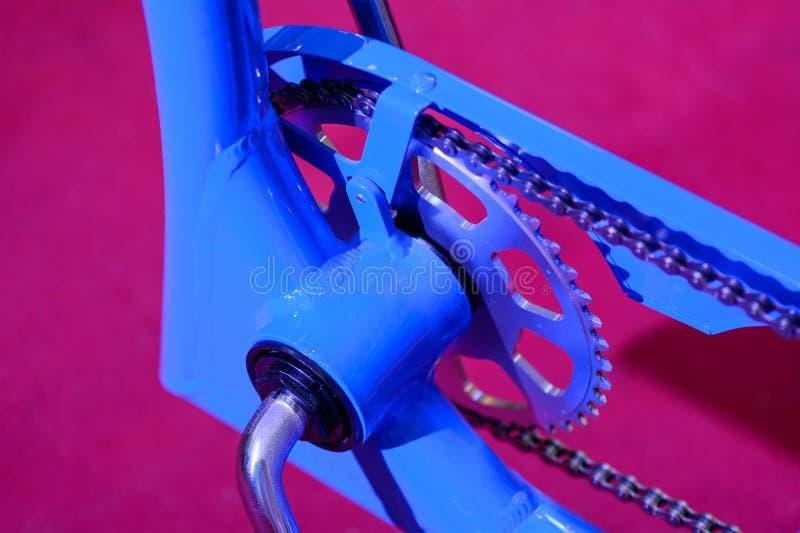 Ingranaggi della bici con la catena (fuoco selettivo) Fine variopinta su della a fotografie stock