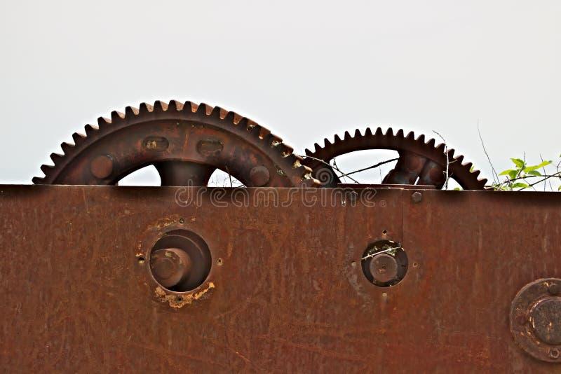 Ingranaggi di un argano antico del ferro fotografie stock libere da diritti