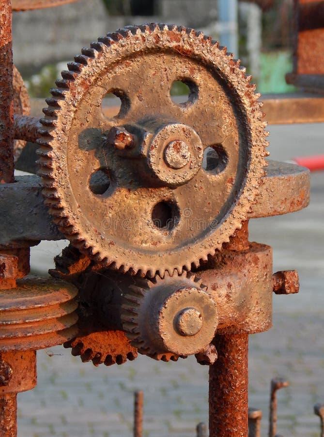 Ingranaggi di vecchio macchinario, luce del giorno fotografia stock