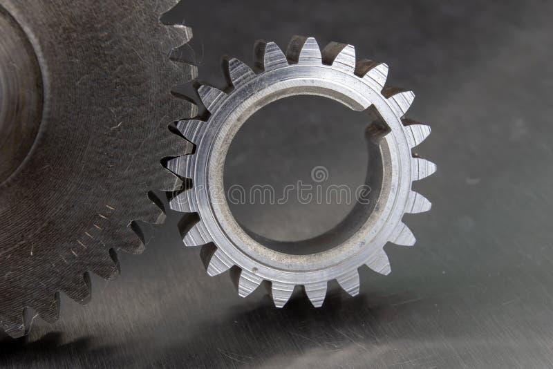 Ingranaggi su una tavola dell'officina del metallo Pezzi di ricambio per il mach industriale fotografia stock libera da diritti